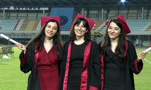 Üçüz kız kardeşlerin mezuniyet sevinci
